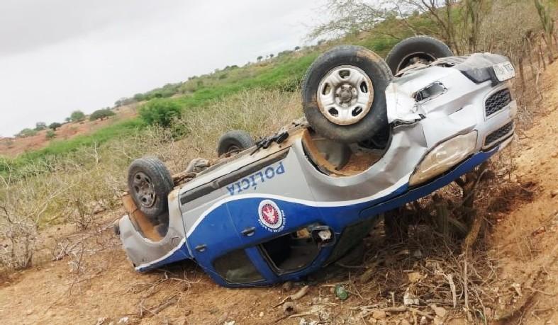 A corporação informou que os policias que estavam no veículo saíram ilesos do acidente.