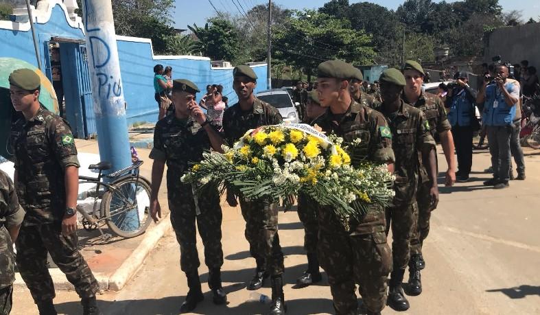 Militares chegam ao velório de colega de farda morto no Alemão nesta segunda