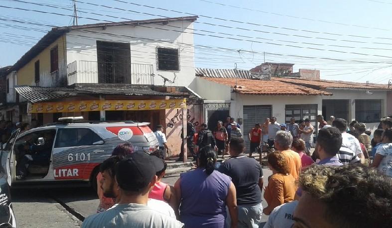 Os autores do crime chegaram em um veículo e atiraram contra os policiais, que estavam sentados no bar