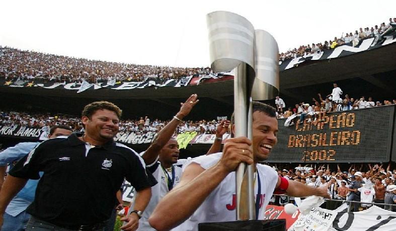 """Paulo Almeida Santos foi um """"menino da Vila"""", iniciando a carreira no Santos, ao lado de craques como Diego, Renato, Robinho e Elano, entre outros."""