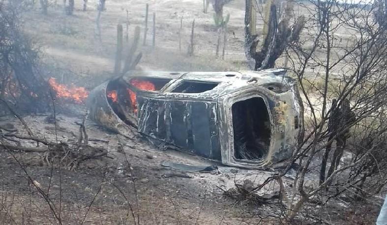 Celta, de cor preta, com placa de Conceição do Coité (BA), pegou fogo após colidir com um Corolla