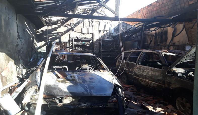 Dois carros e uma motocicleta ficaram destruídos pelas chamas
