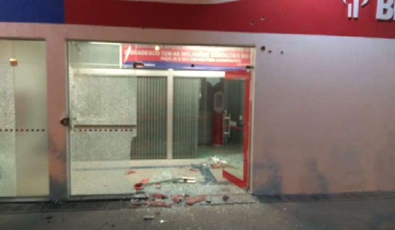 Caso ocorreu na madrugada desta quarta-feira (5), na cidade de Pedro Alexandre. Porta de vidro da agência foi quebrada durante o tiroteio.