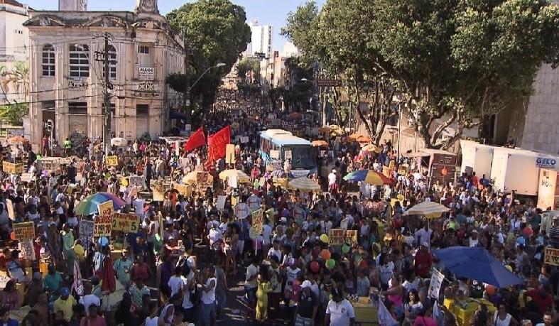 Com tema 'Abraço à diversidade', 17ª Parada LGBT da Bahia reúne multidão no centro de Salvador