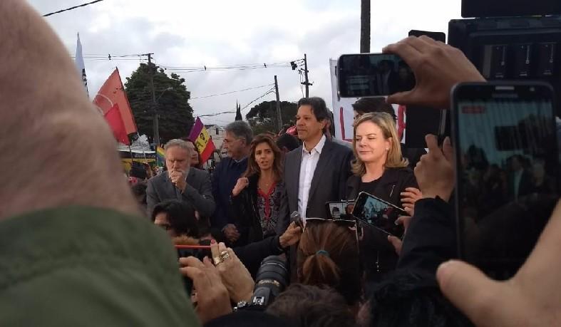Haddad é anunciado para a militância candidato do PT à Presidência em frente à sede da PF em Curitiba