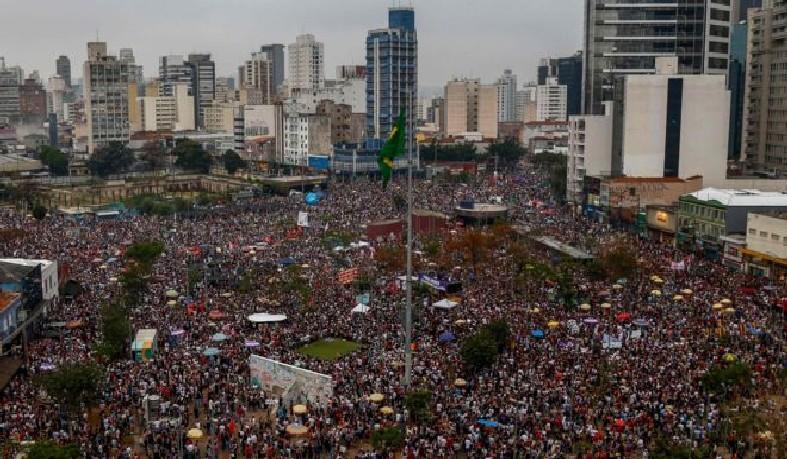 Manifestação liderada por mulheres lotou Largo da Batata, em São Paulo