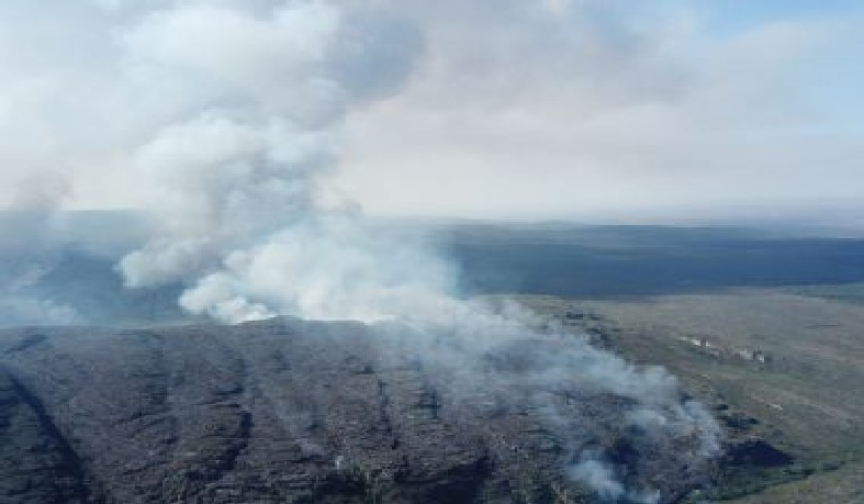 O fogo foi controlado no final de semana, mas ainda não extinto totalmente.