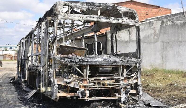 Ônibus é incendiado e passageiros são saqueados após morte em confronto em Feira