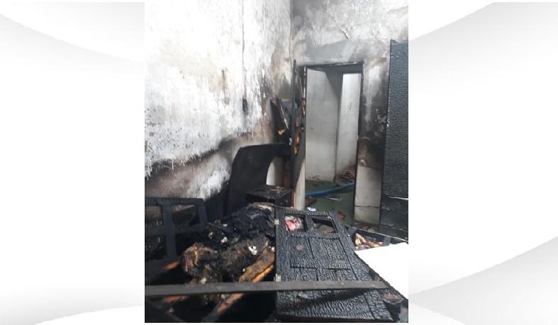A suspeita é que as chamas tenham sido provocadas por um problema na rede elétrica.