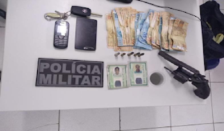 Arma e dinheiro apreendidos pela polícia