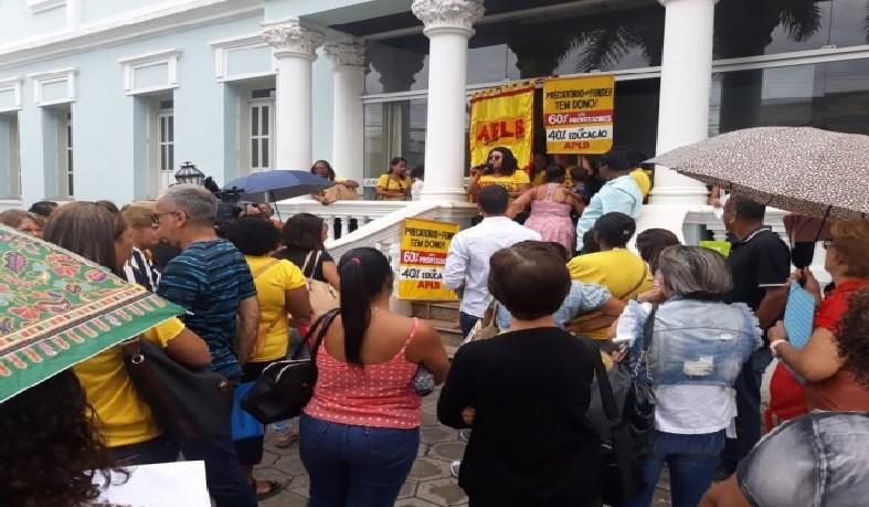 O ato dos docentes é contra o possível fechamento de escolas no município.