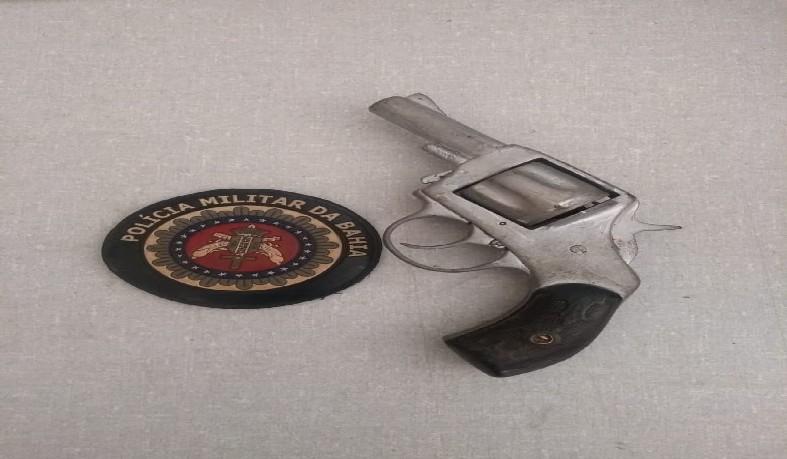 Revólver calibre .22 sem numeração e com uma munição deflagrada.