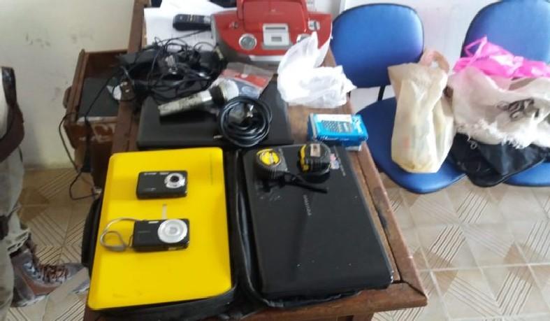 Foram recuperados: três notebooks, um microfone, duas câmaras fotográficas e um aparelho de som.