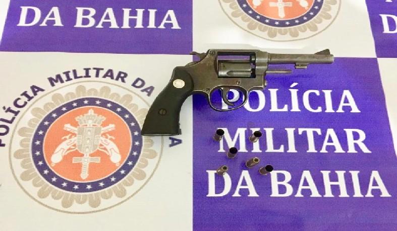 Segundo a SSP, um revólver calibre 38 e munições foram apreendidos no local onde ele foi achado.