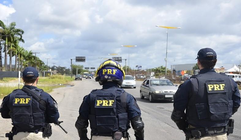 Polícia Rodoviária Federal atuando na Operação Finados, no Recife