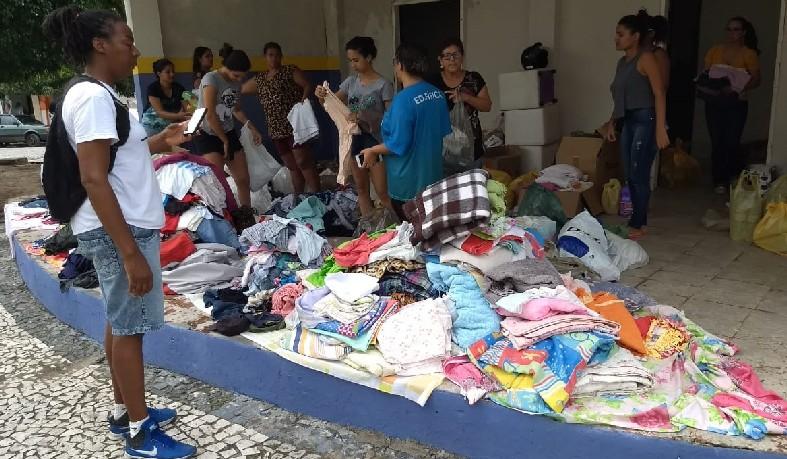 É possível contribuir levando doações de alimentos não perecíveis, materiais de higiene pessoal e limpeza, colchões, roupas, fraldas, panelas, eletrodomésticos, entre outros