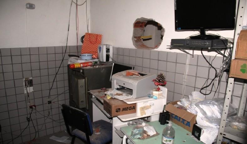 Buraco feito numa parede interna do estabelecimento