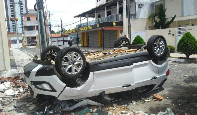 Homem teve ferimentos leves e veículo ficou completamente destruído.