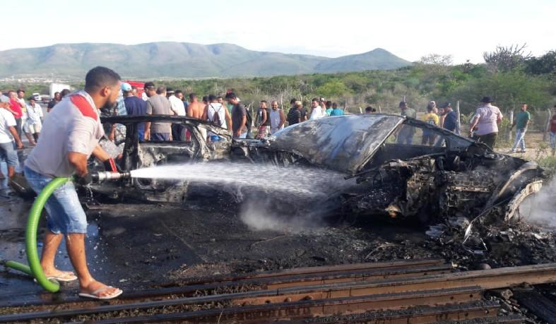 Populares ajudaram a apagar chamas do veículo