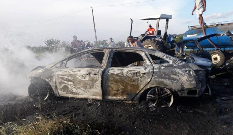 Carro ficou destruído após batida