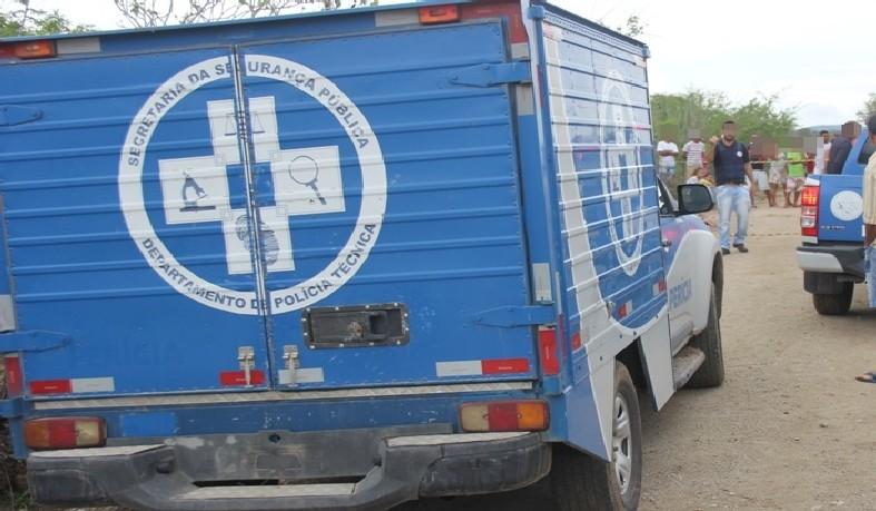 Os três corpos foram levados para o Departamento de Polícia Técnica de Serrinha.