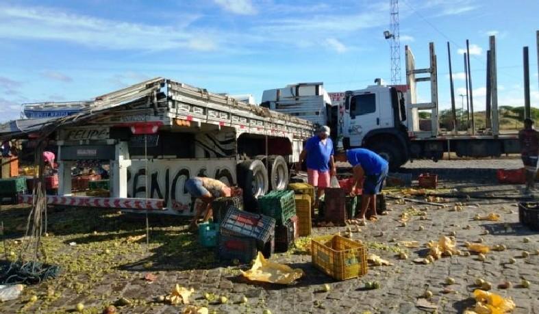 A carga ficou espalhada pela área do posto sendo saqueada por populares.