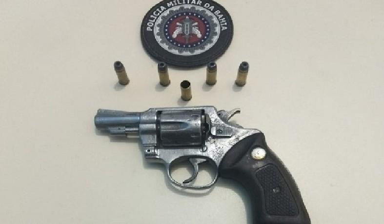 revólver calibre 32 com numeração ilegível e cinco munições, sendo uma deflagrada e quatro intactas.