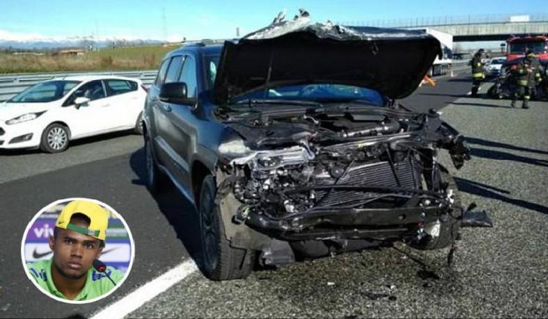 Douglas Costa se envolve em acidente de carro na Itália, mas escapa ileso
