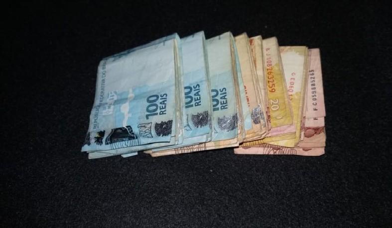 R$ 4 mil Reais que teria sido roubado de uma bobonieire