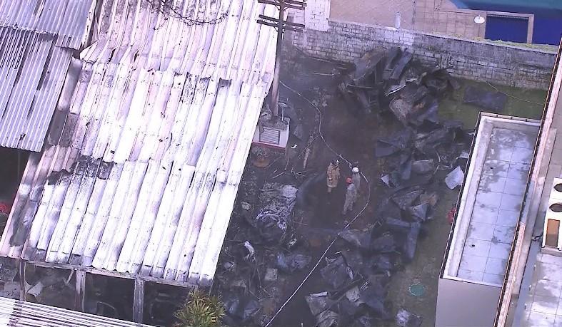 Bombeiros confirmaram que 10 pessoas morreram no Ninho do Urubu, na Zona Oeste do Rio. Não há identificação dos mortos.