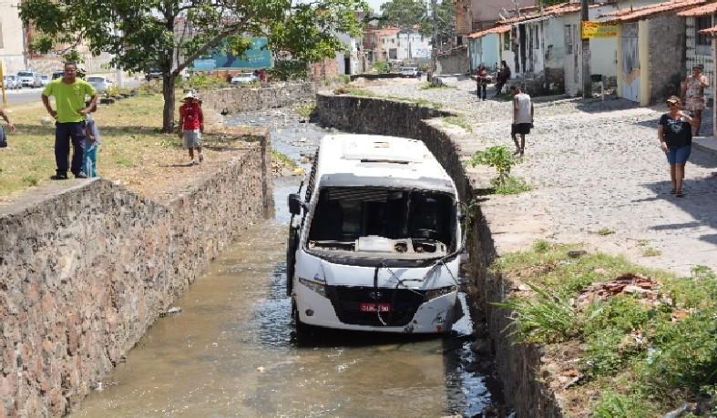 Para não colidir em moto, motorista de ônibus desvia e cai em canal