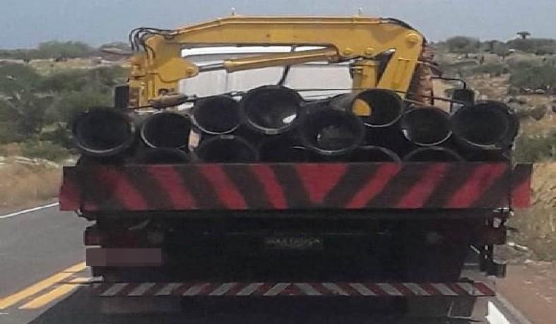 Na carroceria do caminhão foram encontrados cerca de 15 tubos.