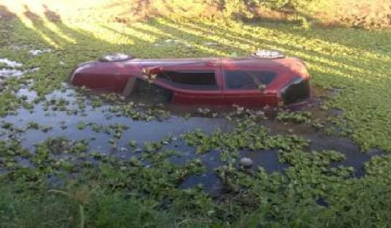Duas pessoas morrem afogadas após carro sair da pista e cair em riacho em Santo Estevão