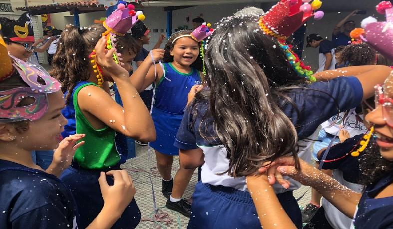 """Com o tema """"Carnaval e memória"""", o Colégio Ação teve a missão de reviver os antigos carnavais através das marchinhas, reproduzindo releituras e possibilitando aos mais jovens, o conhecimento da história através da música."""