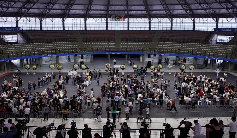 O velório ocorre na Arena Suzano desde as 7h de hoje (14).