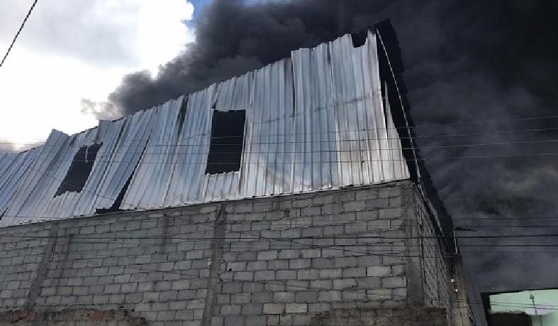 Parte da área da fábrica que pegou fogo na manhã desta terça-feira (19), em Salvador