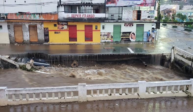 Chuva derruba cais do Rio do Ouro, próximo a Praça Castro Alves em Jacobina