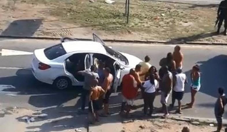 Polícia Civil ajudou a realizar a perícia no local: delegado diz que 'tudo indica' que o veículo foi confundido com o de criminosos.