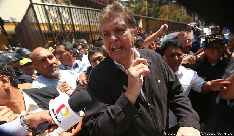 Alan García se suicida com um tiro no momento em que policiais chegaram a sua casa para detê-lo em Lima.