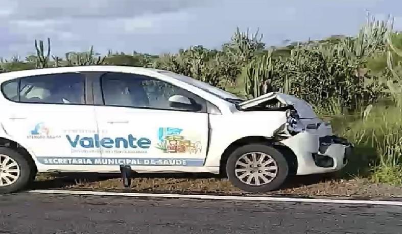 Os ocupantes do carro da Secretaria de Saúde da cidade de Valente não ficam feridos.