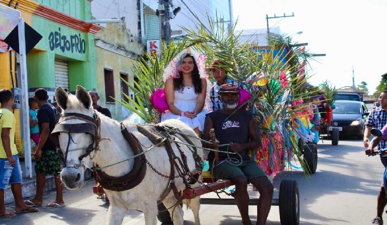 Estudantes, professores e colaboradores participaram do tradicional desfile de carroças