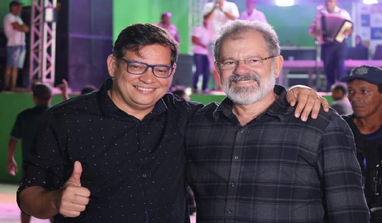 Prefeito ao lado do deputado federal, Marcelo Nilo