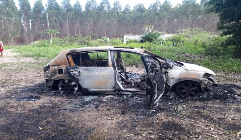 Veículo ficou completamente destruído pelas chamas