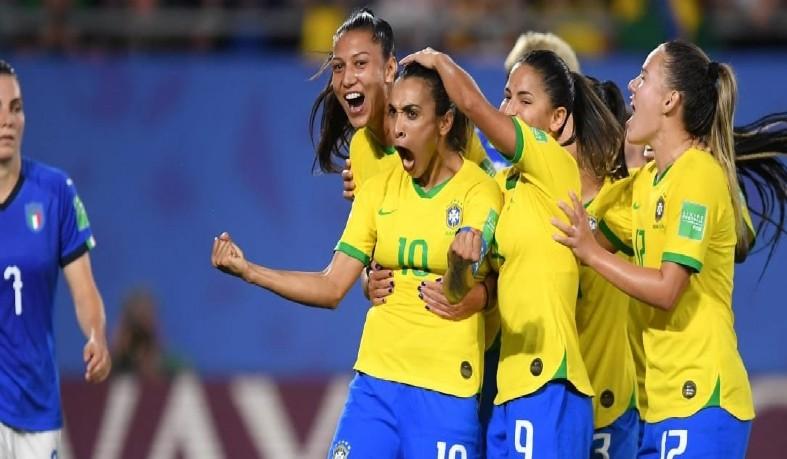 Time comandado pelo técnico Vadão garantiu a vitória com gol de Marta, de pênalti, no segundo tempo