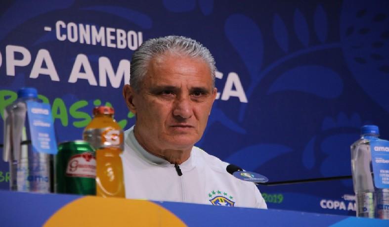 """Sem """"condições normais"""" de jogo, Fernandinho fica fora do duelo contra o Paraguai, nesta quinta-feira, na Arena do Grêmio, pelas quartas da Copa América"""