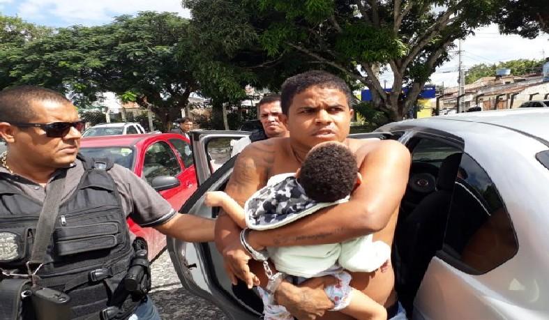 Acusado de roubo, latrocínio e homicídio faz criança refém ao ser preso pela Polícia Civil