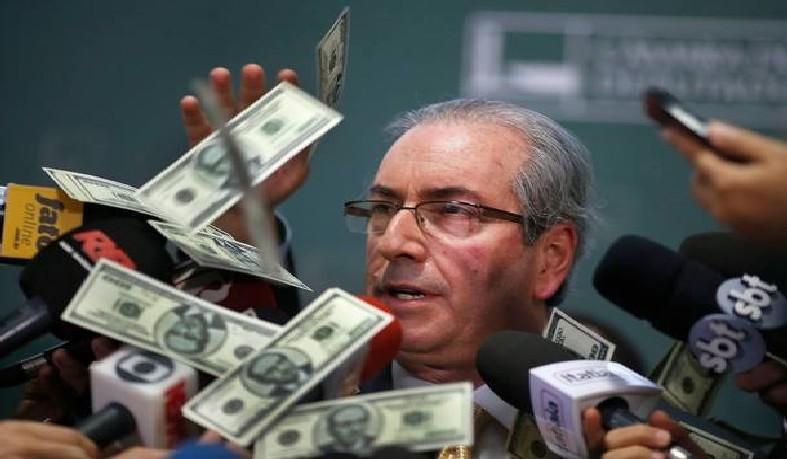 Eduardo Cunha tomou 'banho' de dólares durante entrevista na Câmara em novembro de 2015.