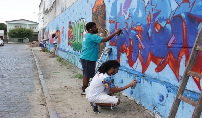 Muro ganha cores com arte de grafiteiros