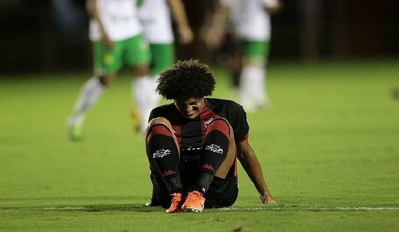No gramado do Barradão, Gedoz lamenta derrota para ao Cuiabá na retomada da Série B