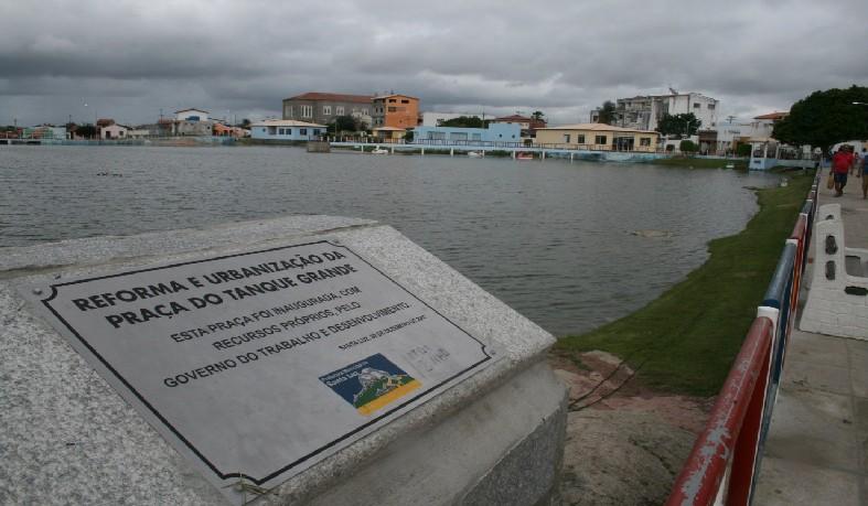 placa com a marca do governo do Ex-prefeito Júnior Max [marido da atual prefeita] indica que a praça já havia sido batizada como Tanque Grande